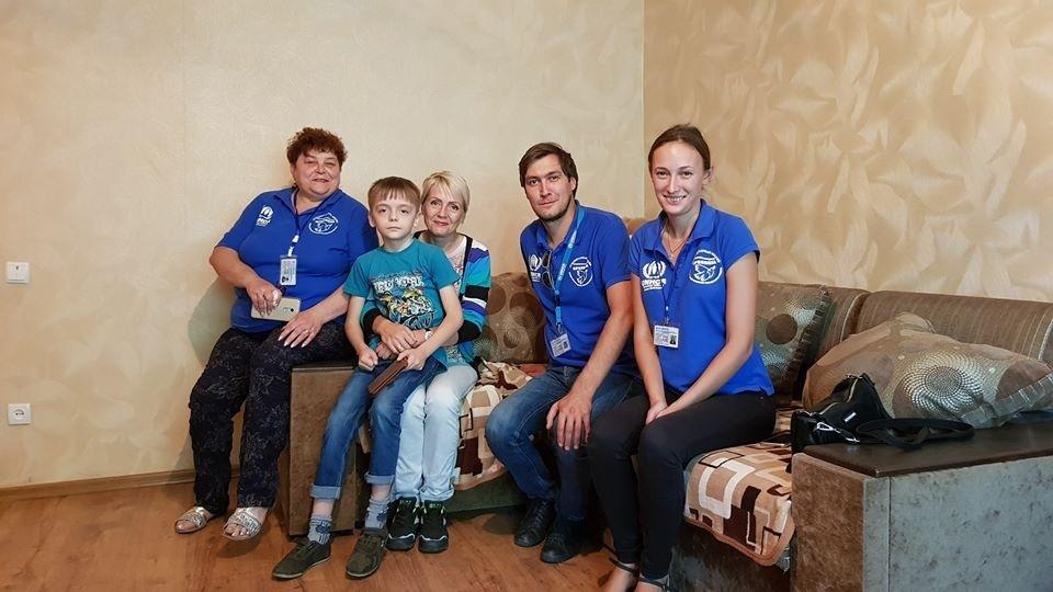 В прошлом году по программе УВКБ ООН гуманитарная миссия «Пролиска» перевезла 14 семей. Второй справа на фото – Евгений Каплин