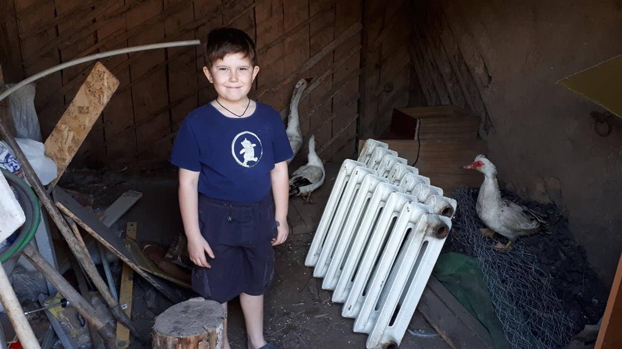 Теперь 8-летний Саша, который переехал в Соледар из Гладосово, может общаться с ровесниками и ходить в школу