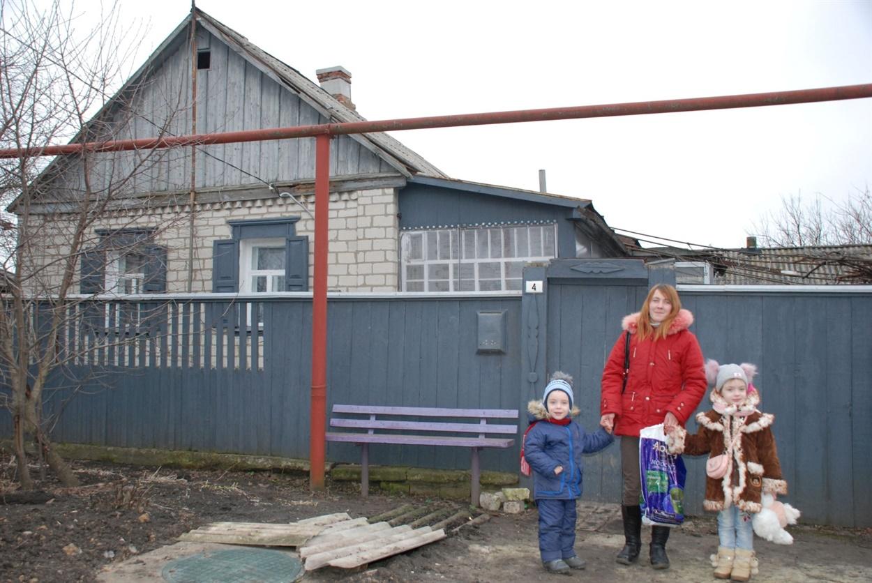 Около четырех лет семья Зинаиды Курловой жила в Лопаскино под обстрелами. В прошлом октябре они переехали в этот дом в Сватово
