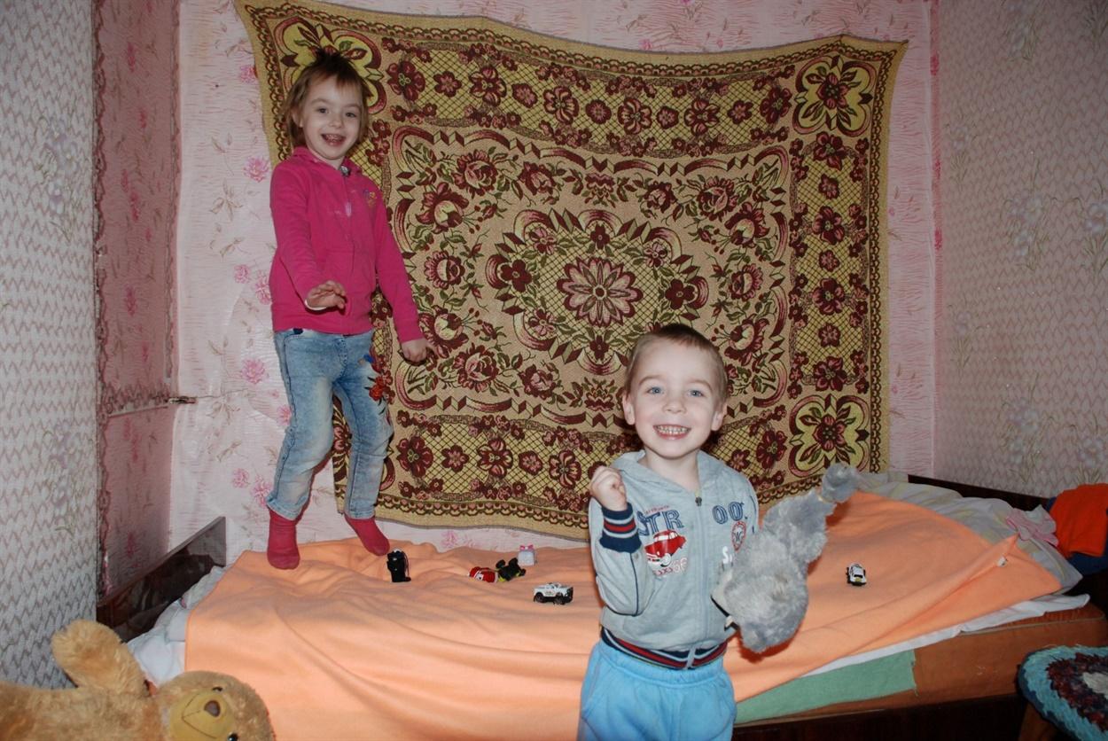 В новом доме в Сватово дети Зинаиды Курловой чувствуют себя спокойнее, лучше спят, дочь стала говорить больше слов