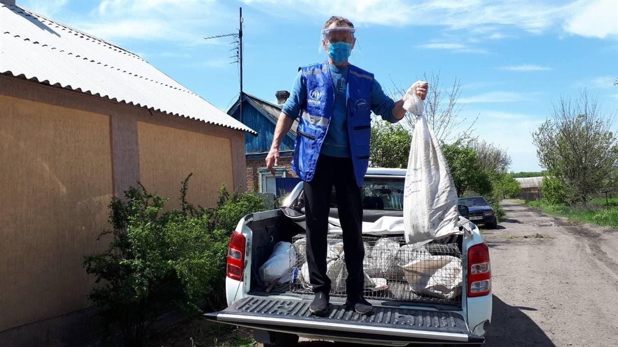Представитель «Пролиски» во время переезда Ирины Хуторной из Гладосово в Соледар