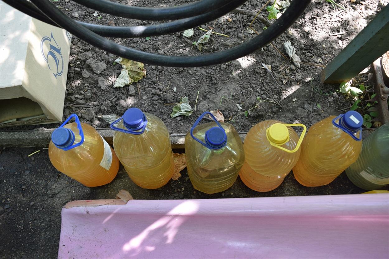 Так выглядит вода, набранная из скважин в дачном поселке