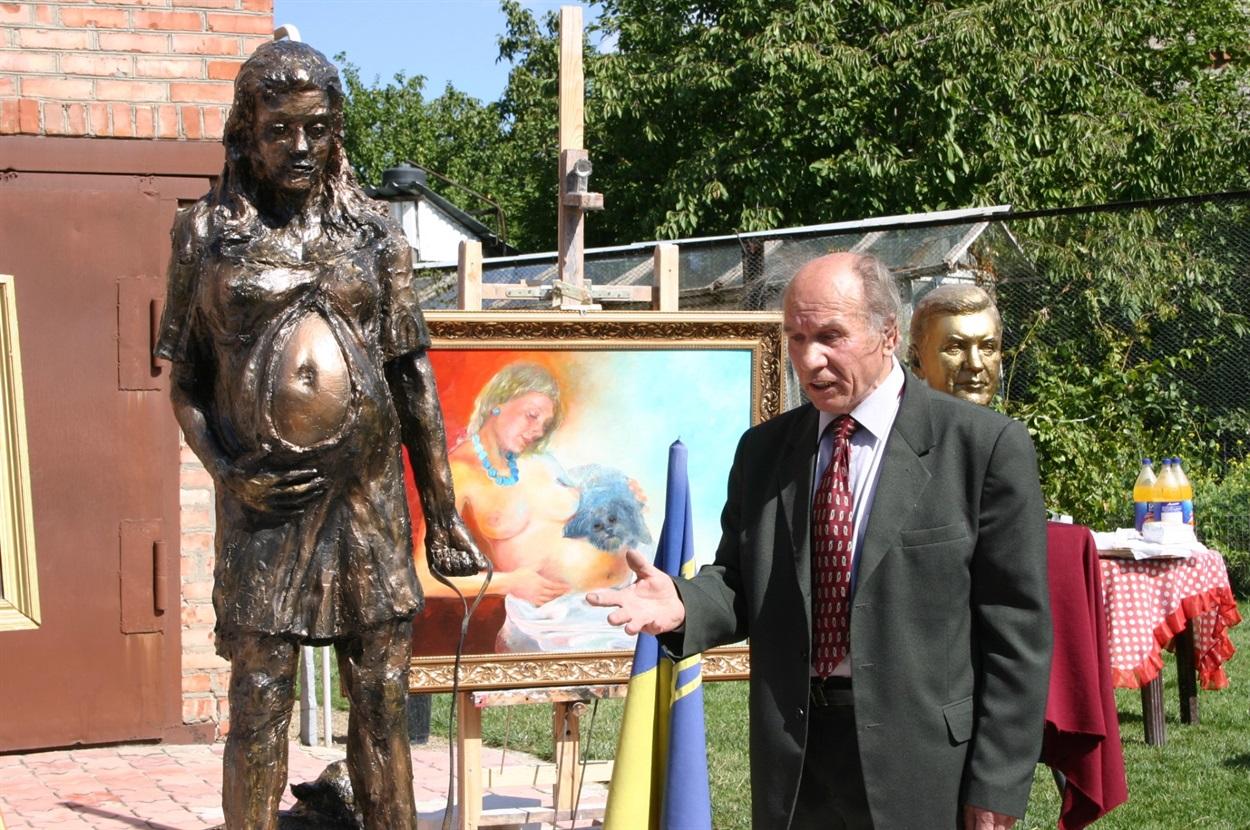 Николай Шматько представляет свои работы (среди них был и бюст В.Януковича)