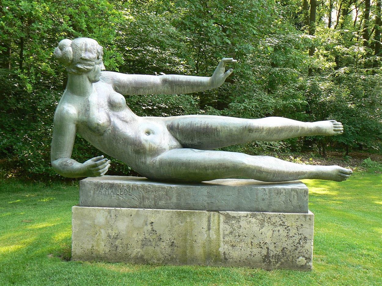 Скульптура Аристида Майоля в Париже (натурщица - Дина Верни)