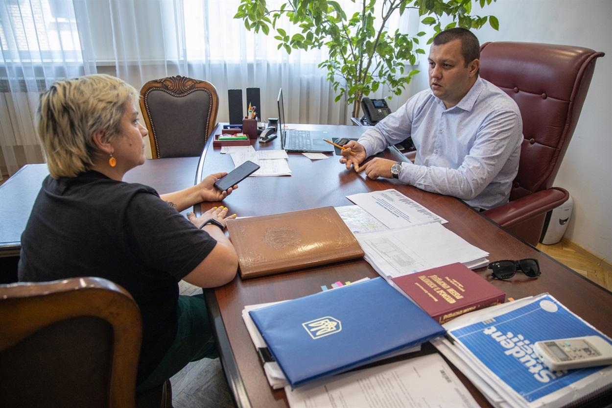 Голова Держмолодьжитла Сергій Комнатний та журналістка Анна Курцановська