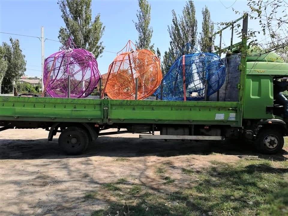 Контейнери для сортування пластикових пляшок у Маріуполі